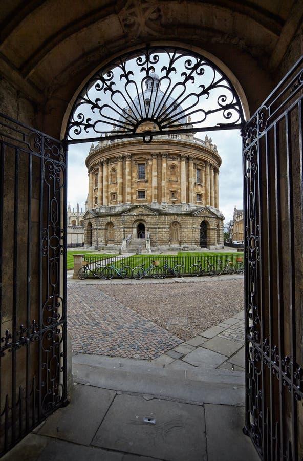 Widok Radcliffe kamera przez bramy Uniwersytecki kościół uniwersytet w oksfordzie england fotografia royalty free
