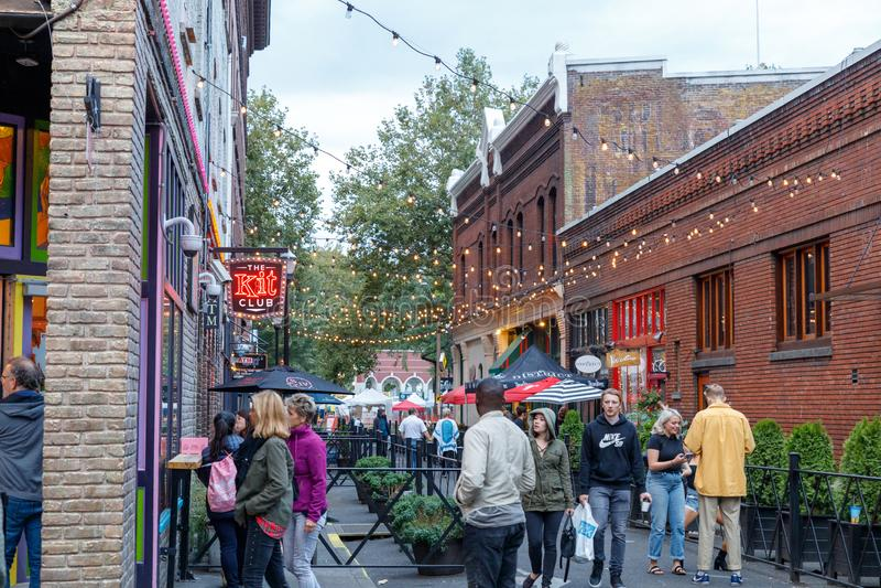 Widok 3rd aleja w w centrum Portland wykładał klubu i barów fotografia royalty free
