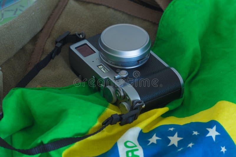 Widok retro photocamera i brazylijczyk zaznaczamy torbę i podróżujemy fotografia stock