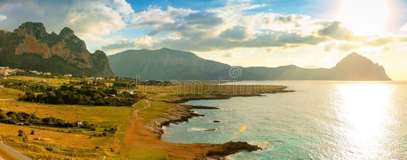 Widok, Riserva dello Zingaro przy zmierzchem lub zaświecamy w Sicily, Włochy fotografia royalty free
