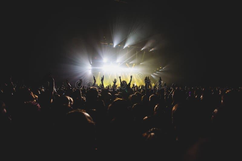 Widok rockowego koncerta przedstawienie w dużej filharmonii z tłumem i sceną, zaświeca, zatłoczona filharmonia z scen światłami,  obraz stock