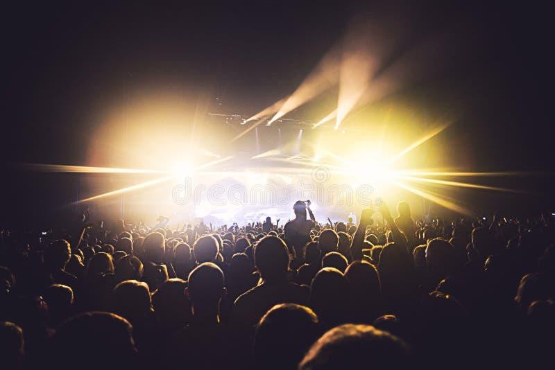 Widok rockowego koncerta przedstawienie w dużej filharmonii z tłumem i sceną, zaświeca, zatłoczona filharmonia z scen światłami,  zdjęcie royalty free