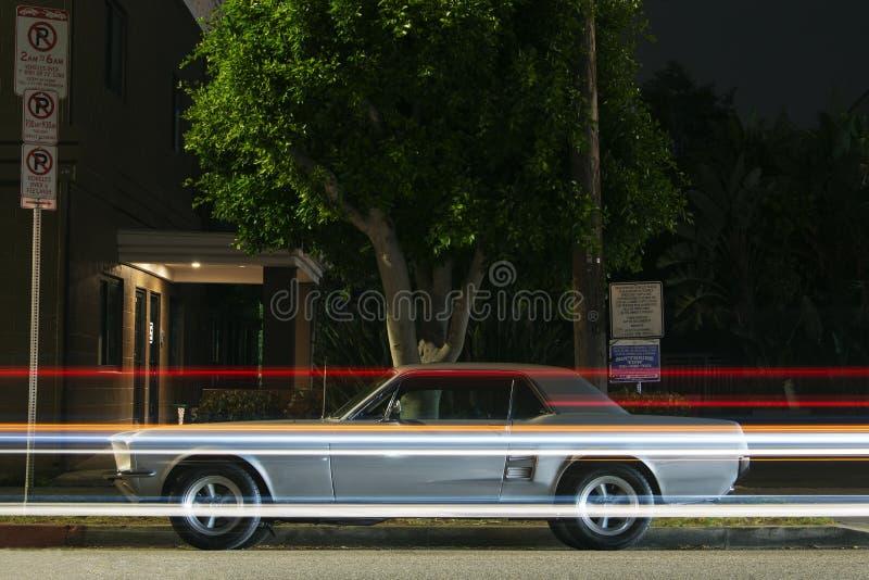 Widok rocznika mięśnia sportów samochodu klasyczny Amerykański samochód dostawczy podnosi up ciężarówkę i światło wlec ruchem dro zdjęcie royalty free