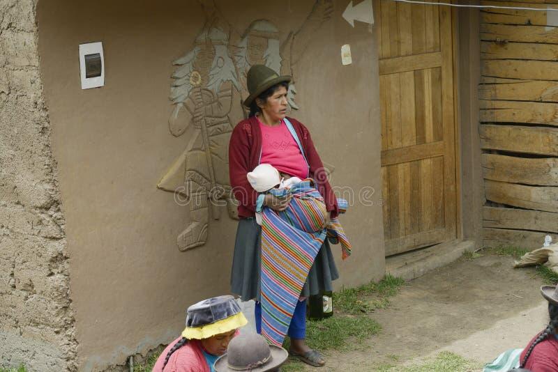 Widok Rodzima peruvian kobieta i jej dziecko fotografia stock