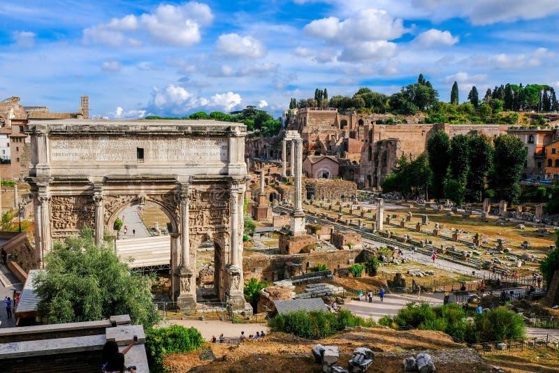 Widok Romańscy forum, Septimus Severus Triumfalny łuk i palatyn, Ruiny antyczny Rzym zdjęcie stock