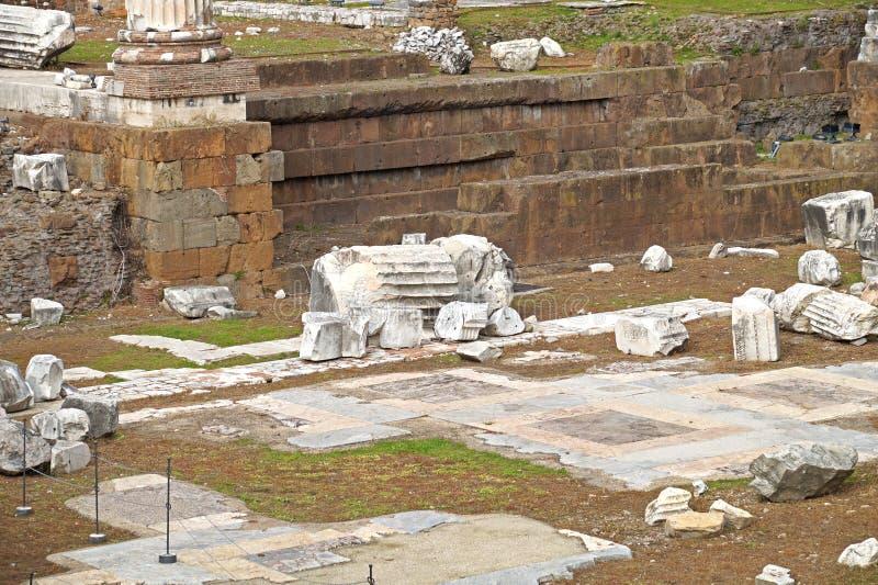 Widok Romański forum, ostrość na Saturn ` s świątyni w przedpolu Antyczne ruiny w Rzym, Włochy zdjęcia royalty free