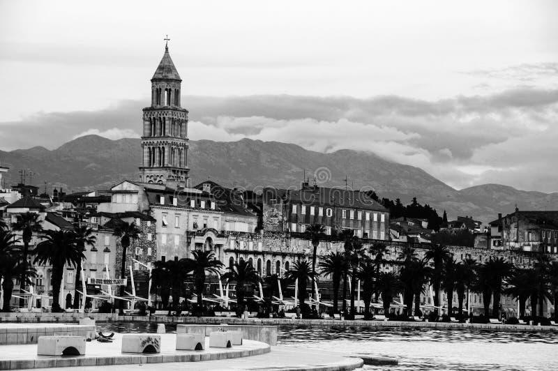Widok rozłam - drugi co do wielkości miasto Chorwacja w wieczór czarny white obraz stock