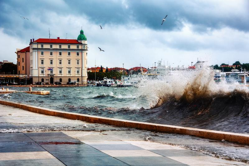 Widok roz?amu wybrze?e, Chorwacja Adriatycki morze z turystycznymi ?odziami i wysokie fale, obraz stock