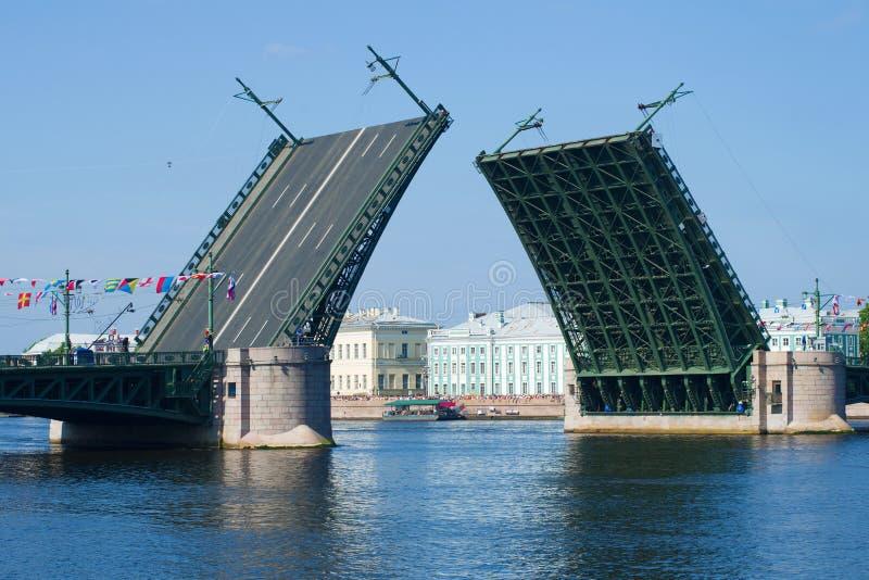 Widok rozwiedziony pałac most, Lipa popołudnie katedralny Isaac cupola Petersburg Rosji jest święty st zdjęcia stock