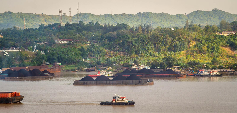 Widok ruch drogowy tugboats ciągnie barki węgiel przy Mahakam rzeką, Samarinda, Indonezja obraz stock