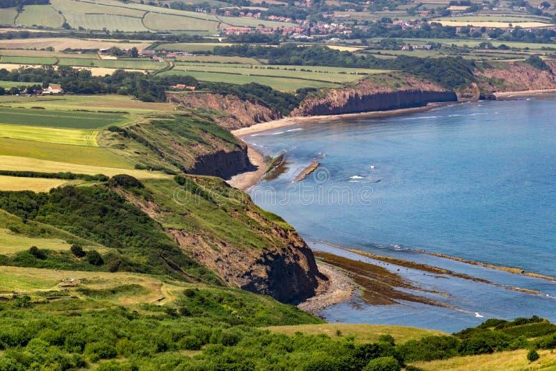Widok rudzika kapiszonu ` s zatoka, Yorkshire wybrzeże fotografia stock