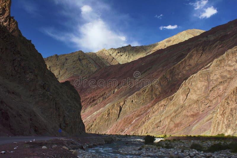 Widok Rumtse wioska od Jammu i Kaszmir, India zdjęcie stock