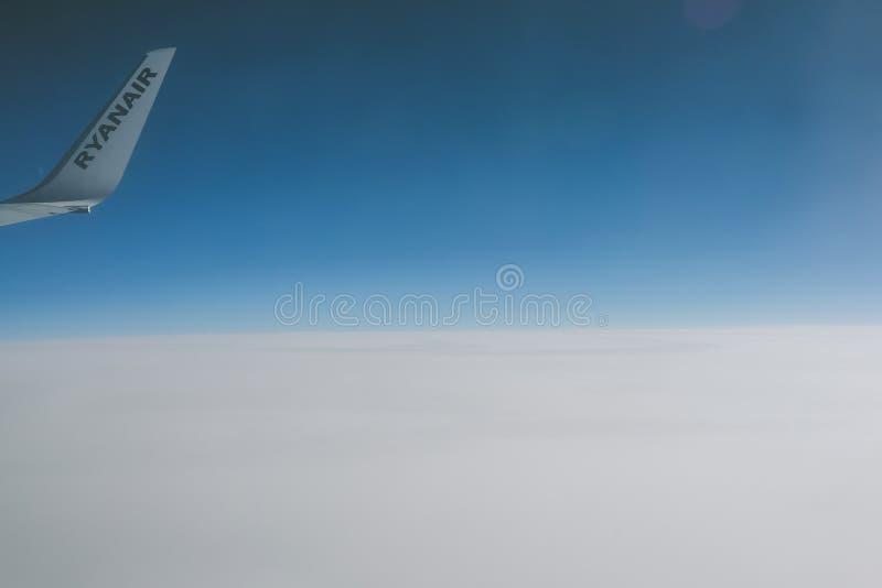 Widok Ryanair logo przez samolotowego okno zdjęcia stock