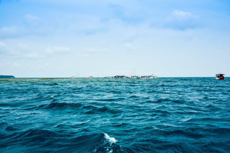 Widok rybak łodzie na szorstkim oceanu morzu w niebieskiego nieba popołudniu obrazy stock