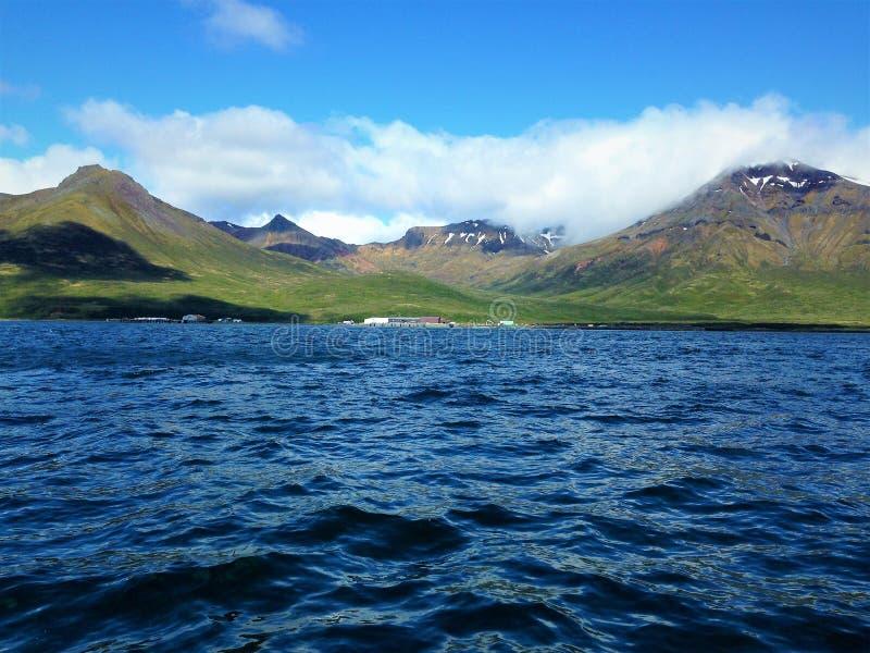 Widok rybi obóz od pokładu gillnetter w Fałszywej przepustce zdjęcia stock