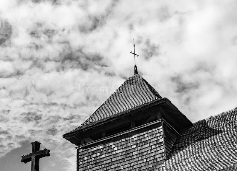 Widok rzadki szalunek budował Kościelny wierza i niedalekiego krzyż widzieć w wiejskim Brytania fotografia stock
