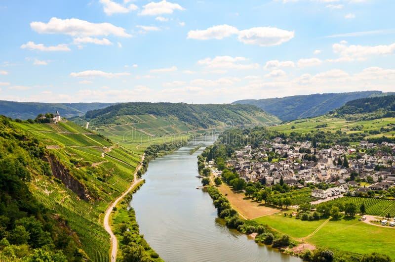 Widok rzeczna Grodowa pobliska wioska Puenderich, Mosel wino Moselle i Marienburg - region w Niemcy zdjęcie stock