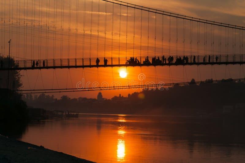 Widok Rzeczny Ganga i baranu Jhula most przy zmierzchem zdjęcia stock