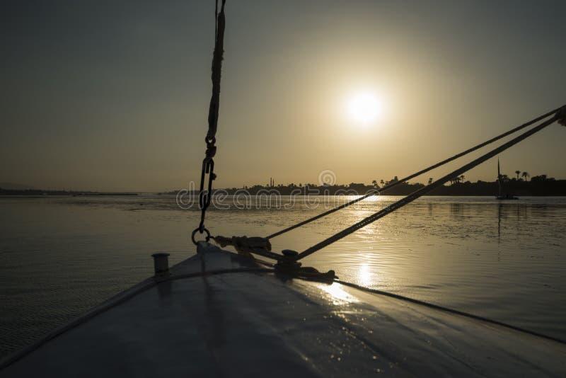 Widok rzeczny Nile w Egipt od żeglowanie łodzi przy zmierzchem zdjęcie stock