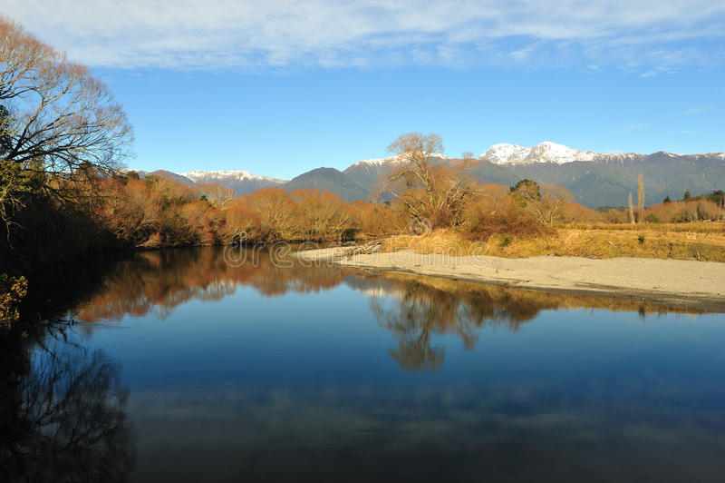 Odbicie drzewa i góry na rzece zdjęcie royalty free