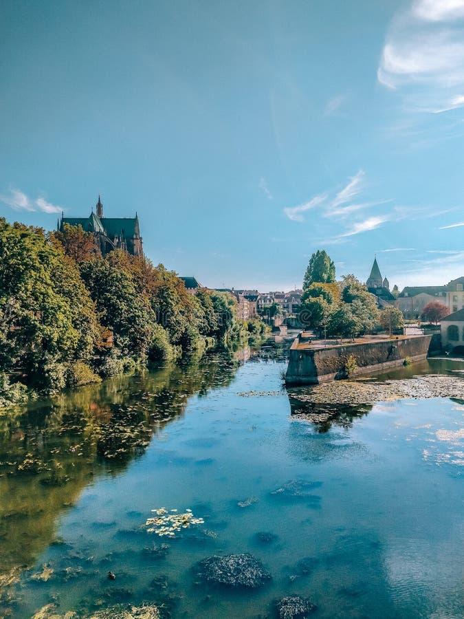 Widok rzeka i park w Metz zdjęcia stock