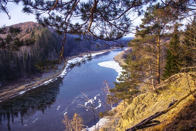 Widok rzeka od wysokiej falezy wczesnej jesieni fotografia stock