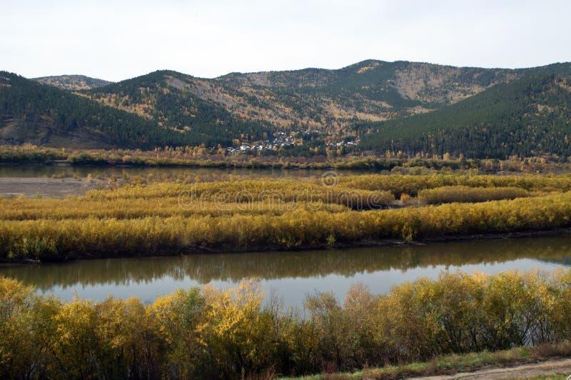 Widok rzeka z wioską w odległości obraz stock