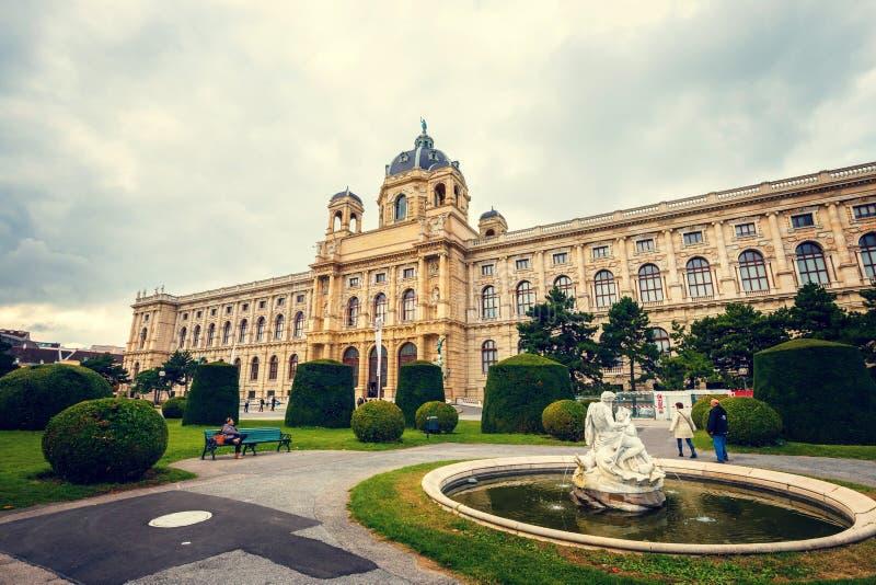 Widok sławny historii naturalnej muzeum z parkiem i rzeźba w Wiedeń, Austria zdjęcie royalty free