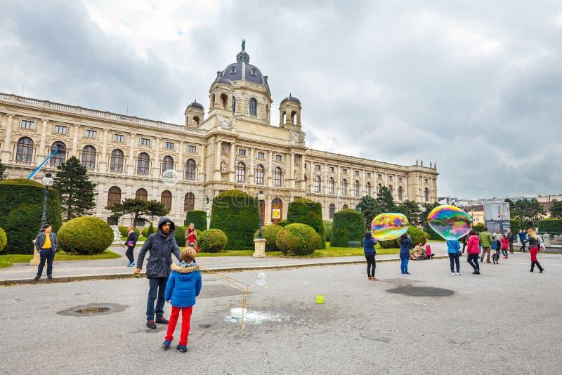 Widok sławny historii naturalnej muzeum z parkiem i rzeźba w Wiedeń, Austria obraz royalty free