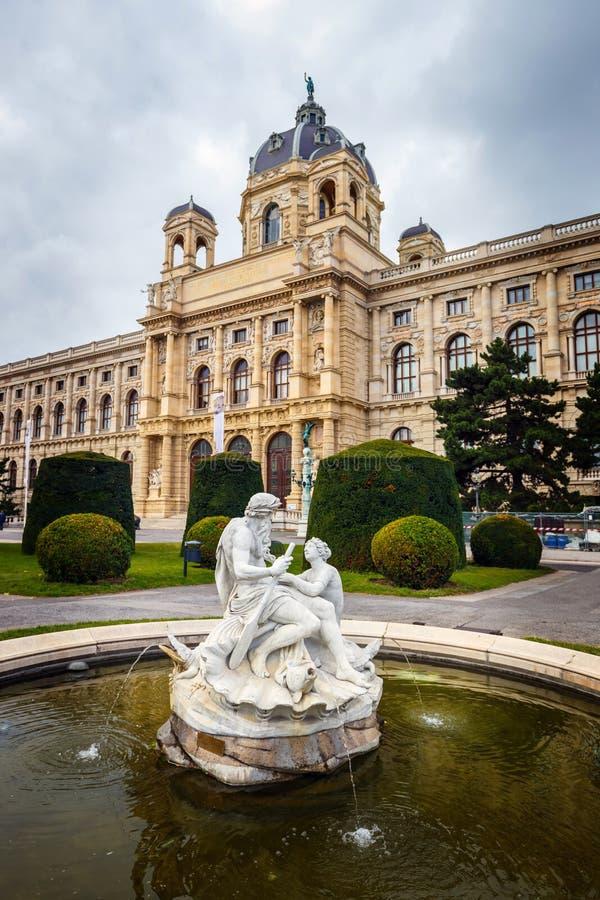 Widok sławny historii naturalnej muzeum z parkiem i rzeźba w Wiedeń, Austria zdjęcie stock