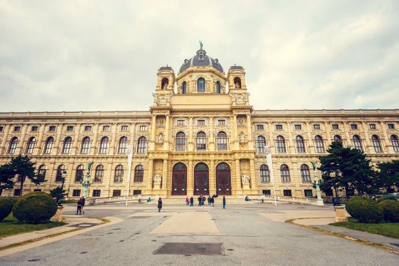 Widok sławny historii naturalnej muzeum z parkiem i rzeźba w Wiedeń, Austria obrazy royalty free