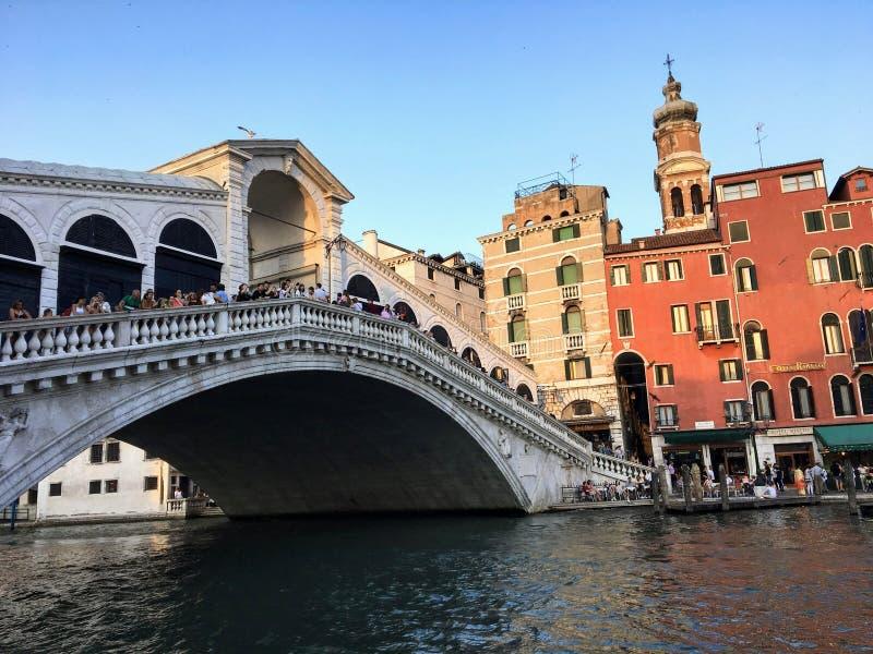 Widok sławny kantora most wzdłuż Grand Canal w Wenecja Włochy Turyści i pozycja na moście obraz royalty free
