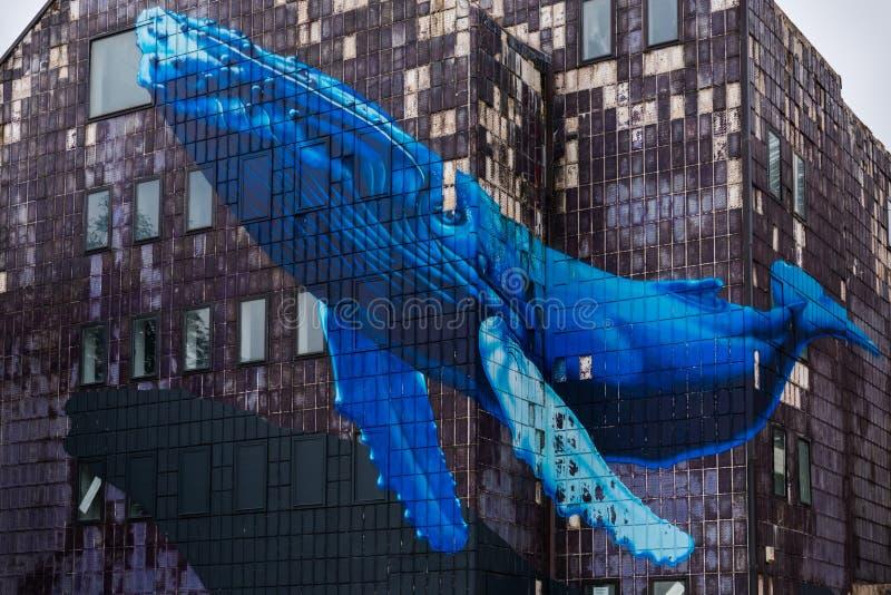 Widok sławny malowidło ścienne gigantyczny błękitny wal na zaniechanym starym szarym budynku w Zagreb, Chorwacja fotografia stock
