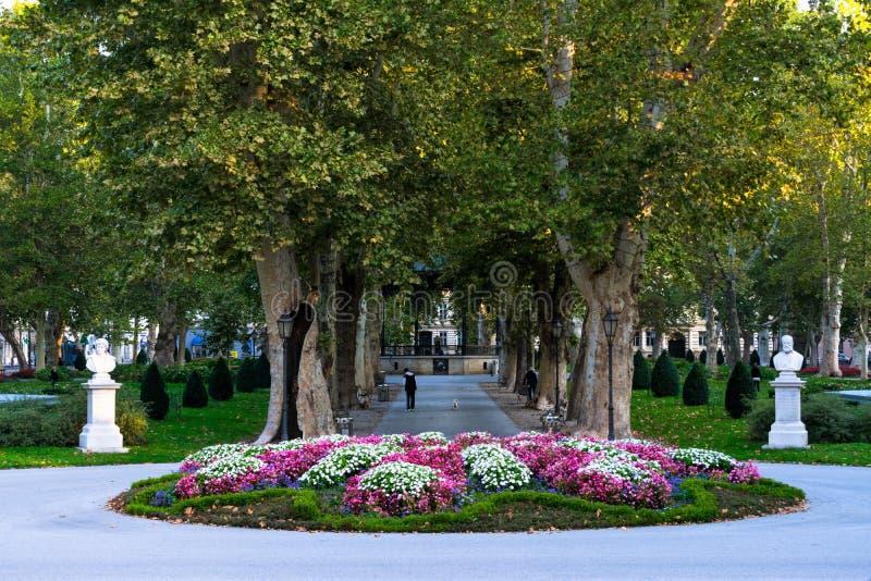Widok sławny Zrinjevac park w centrum miasta Zagreb, Chorwacja zdjęcie stock