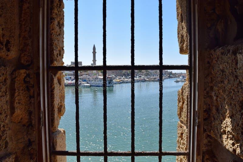 Widok Saida zatoka przez okno krzyżowa kasztel, Liban obrazy stock