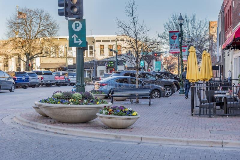Widok samochodów zaparkowanych przez brukowaną ulicę wyłapaną w McKinney w Teksasie, Stany Zjednoczone fotografia royalty free