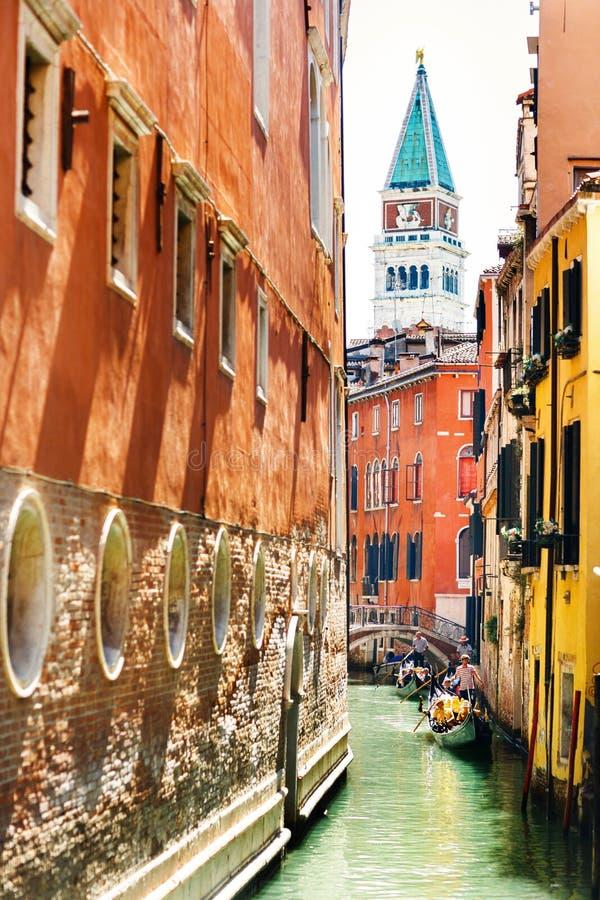 Widok San Marco wierza i gondola między barwionymi domami i włochy Wenecji obraz royalty free
