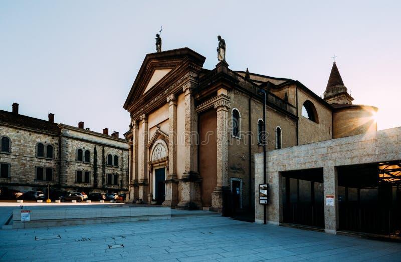 Widok San Martino kościół od kwadrata Ferdinando Di Savoia Peschiera Del Garda - miasteczko wewnątrz i komuna obraz stock