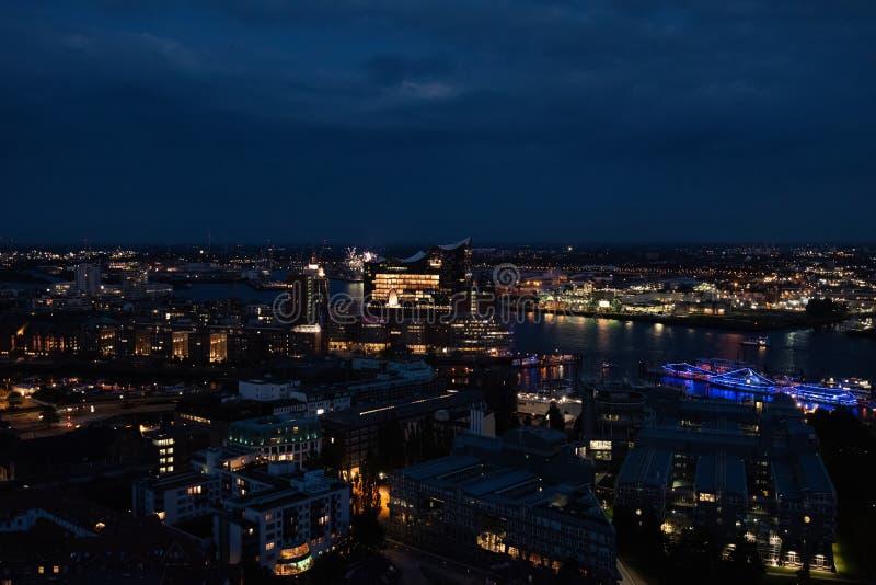 Widok schronienie i nowy Elbphilharmony Hamburg przy nocą zdjęcia stock