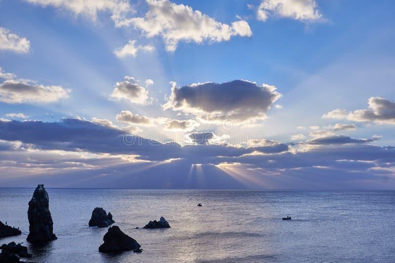 Widok Seondol skała która jest powulkanicznym szyją, lokalizował przy Seopjikoji Jeju wyspa, przy wschód słońca i orzeł kształtow fotografia stock