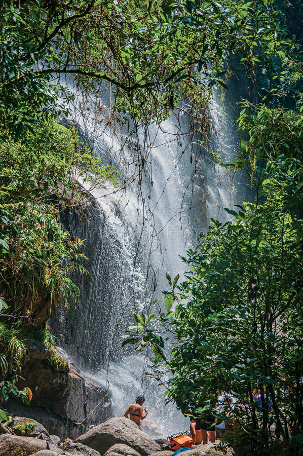Widok siklawa i ludzie w Itatiaia parku zdjęcia stock