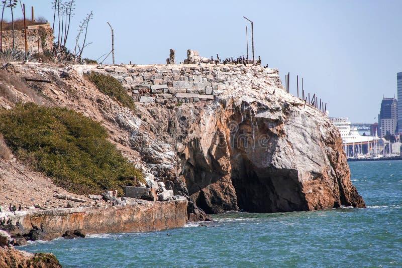 Widok skalista wybrze?e linia s?awna Alcatraz wyspa Pi?kni dziejowi t?a San francisco zdjęcia royalty free