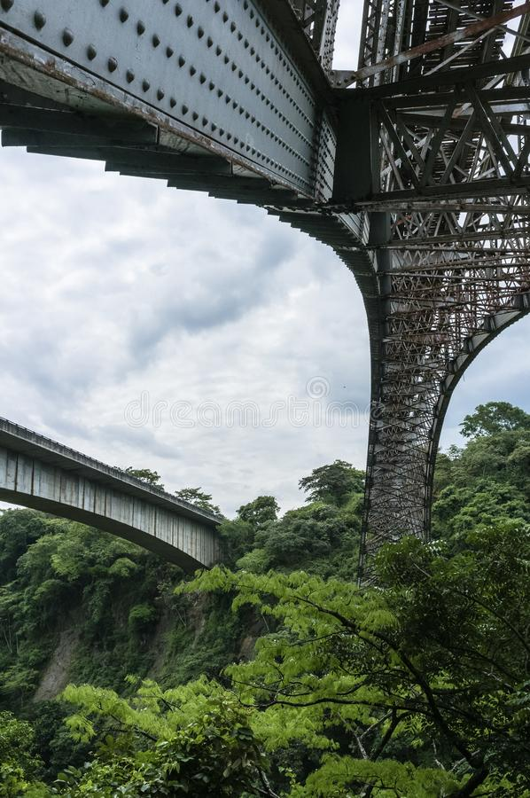 Widok spód starego metalu kolejowy most krzyżuje rio grande zdjęcia royalty free