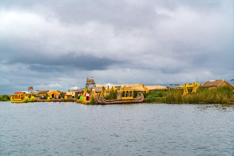 Widok Spławowe wyspy Uros z ludźmi i Trzcinowymi łodziami Uru lub Uros zdjęcie stock