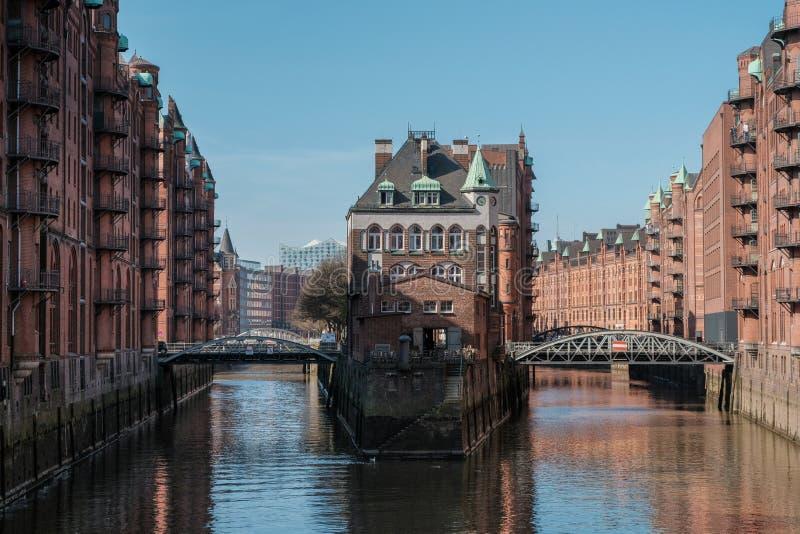 Widok Speicherstadt od bridżowego Poggenmuhlen fotografia stock