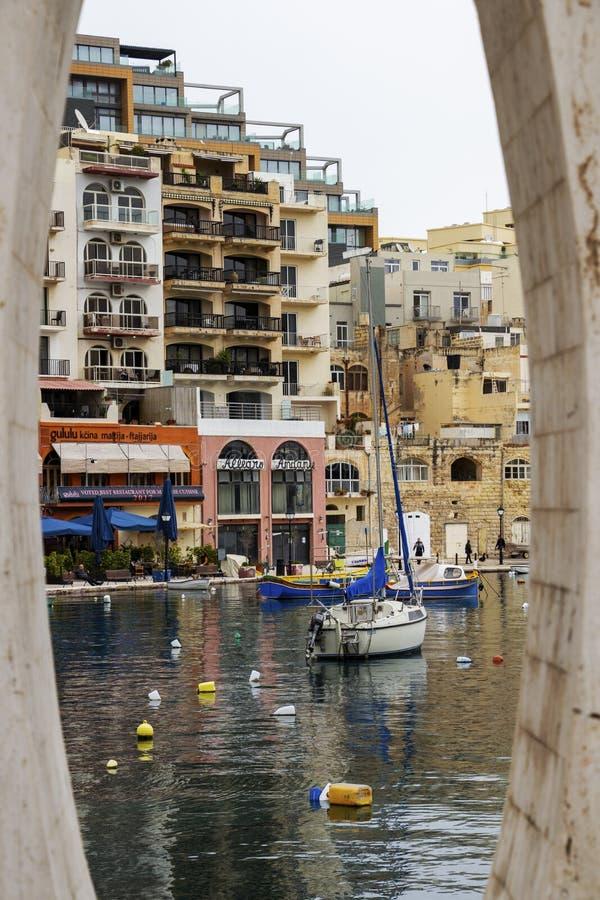 Widok Spinola zatoka przy St Juliańskim ` s, Malta przez miłości statuy fotografia stock
