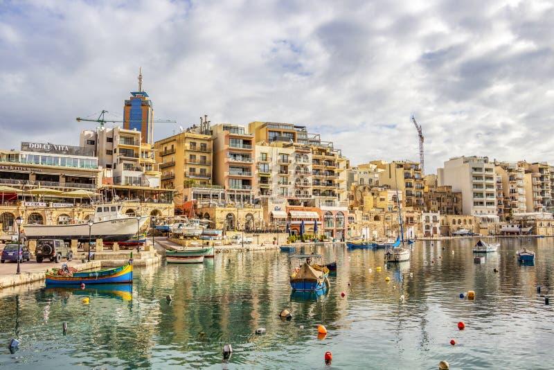Widok Spinola zatoka przy St Julia?skim ` s, Malta z ?odziami i budynkami zdjęcie stock