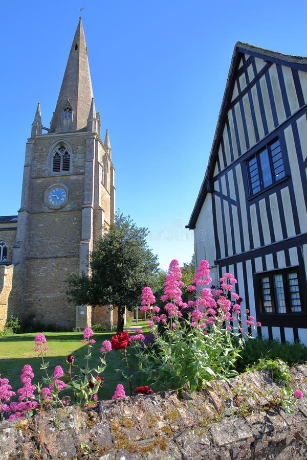 Widok St ` s Maryjny kościół z Oliver Cromwell ` s domu cembruję obramiającym i średniowiecznym domem na prawej stronie w Ely, Ca obrazy royalty free