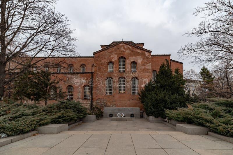 Widok St Sofia kościół i zabytek Niewiadomy żołnierz w Sofia, Bułgaria zdjęcie royalty free