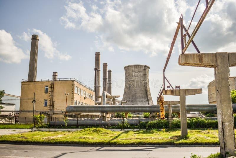 Widok stara elektrownia z dużymi betonowymi pami Spadać chemiczny komunistyczny przemysł obraz royalty free